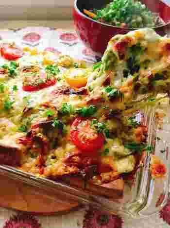 ピザ生地の代わりに高野豆腐を用いた、アイデアヘルシーピザ。キャベツやなまり節などもたっぷりで、栄養バランスも理想的。糖質を気にすることなく、美味しいピザが堪能できそうですね。