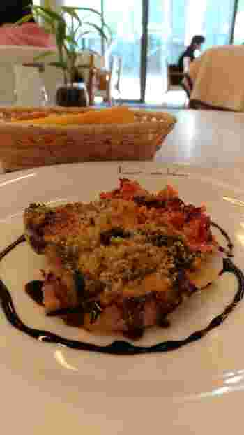 メインは、お肉とお魚からセレクト。この日のお魚ランチは、バルサミコソースが上品な「マト鯛のグラチネ」です。メニューに使うお魚は、すべて築地から仕入れるというこだわり。カジュアルに本格的なランチを味わってみませんか?