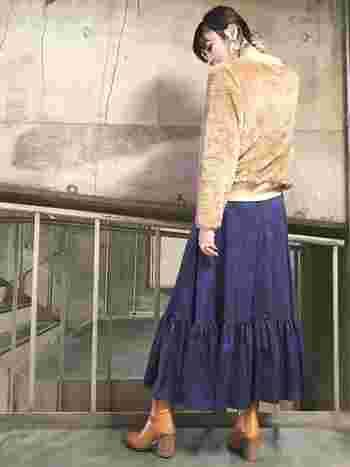 ビンテージライクなロングフレアースカートと合わせて、古着風に着こなしても素敵です。