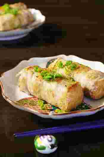 厚揚げに豚肉を巻いて焼いただけの簡単に作れるおつまみ。塩・コショウとシンプルな味付けなので、お好みで七味唐辛子も入れてみましょう。厚揚げの代わりに、水切りした豆腐を使っても作れるますよ♪