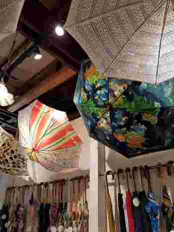 傘は、すべて手作りの一点もの。絵柄はひがしちかさんが布用の絵の具で1本づつ描いており、ガラスや陶器、プラスチックや木などのアンティークボタンのパーツや、長さ、太さ、色にこだわった傘骨など、細部までこだわり抜いて作られています。