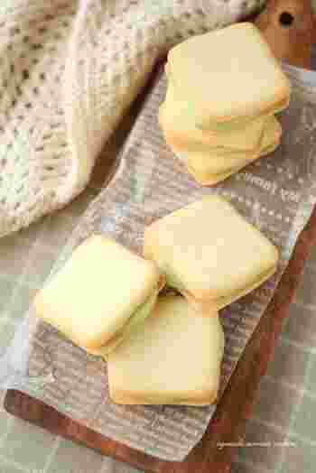 ホワイトチョコレートとアボカドを合わせたクリームをはさんだビスケットサンド。アボカドのグリーンがとてもきれいで、爽やかな甘さが広がります。