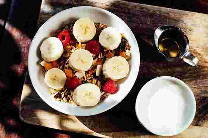 モーニングメニューはホームメイドのグラノーラのほか、サラダ、トースト、タルティーヌ、卵料理、スムージー、パンケーキなど種類も豊富。大きめのカップで提供されるコーヒーはお代わり自由というのも嬉しいですね。
