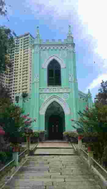 ラザロ地区にある「聖ミカエル教会」は、1875年に建立された比較的新しい教会です。こじんまりとした教会ですが、鮮やかなミントグリーンの建物がとてもかわいらしいですよね。また、この教会は聖ミカエル墓地の中に佇んでいるため、静かで落ち着いた空間になっています。