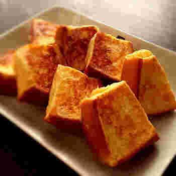 厚切りパンを4分割し、さらにフォークで刺して一晩おき、卵液がよくしみるようにします。卵に対して牛乳の割合を少なくするのも卵の味を濃くするコツ。また、弱火でじっくり蒸し焼きすることでふんわり感がよりアップします。