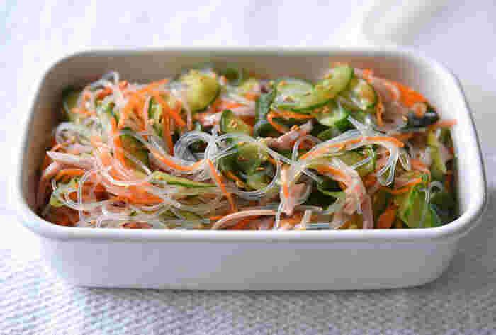 具沢山な「春雨サラダ」も作り置き。酸味のさっぱりさと、ごま油の濃厚さのバランスがちょうどよくお弁当にマッチします。鮮やかな仕上がりにするには薄口醤油を使うと◎