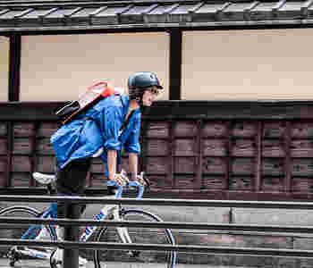 転倒時の頭への衝撃を和らげるヘルメット。女性には敬遠されがちなアイテムですが、中にはワークキャップ風のおしゃれなデザインもあるんです。