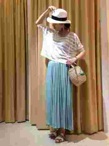サックスブルーのマキシスカートが爽やかなコーディネート。ハットとバッグ、ボーダーとサンダルの色をさりげなく合わせているので統一感のあるコーディネートに。トップスの形は身幅が広いビッグシルエットが新鮮。