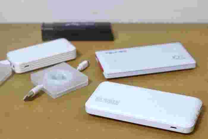 スマホ、モバイルバッテリーは常にフル充電にしておく習慣を。  USB機器の命綱となる「モバイルバッテリー」は、可能なら2台用意しておくのがオススメ。1台はバッグに入れて使いつつ、そちらの充電が減ってきたら家で待機していたものと入れ替えて持ち運んでいた分は充電コードに接続・・・というローテーションが可能です。  1台しか準備していないなら、action①の「余分で買い足し」で追々スペア分を追加してもいいですね。