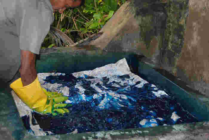 染色しない部分の蝋付け作業を終えたら、布地を染料に浸して、染色します。染色は一度に一色しかできないため、色の数に応じて蝋置き→染色の作業を繰り返し、豊かな模様に仕上げます。