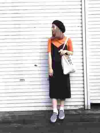 大人の印象の黒のスリップワンピ。オレンジのカットソーと足元のスニーカーでキュート&アクティブに着こなしていますね。