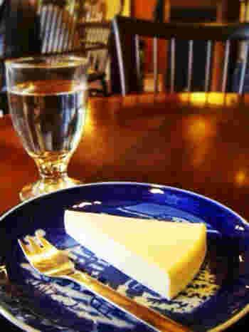 デンマーク産のクリームチーズをたっぷり使用した自家製チーズケーキ。なめらかでコクがあり、絶品です。