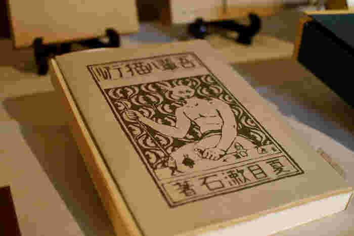 以前使われていた1,000円札の肖像にもなった夏目漱石。「坊ちゃん」「吾輩は猫である」など、非常に軽やかで読みやすい文体が特徴です。そのほかにも、「こゝろ」「明暗」など、鮮やかな情景と共に人間の心の本質に迫る作品も多く残しています。