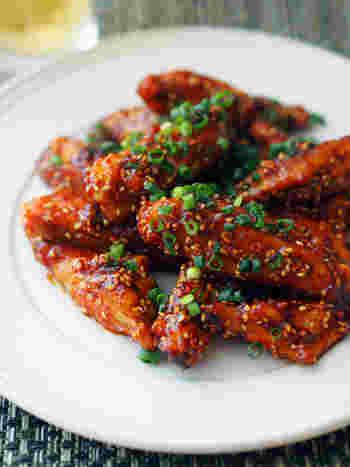 コチュジャンのタレは焦げやすいので、鶏手羽は先に火を通しておくのがポイントです。コチュジャンがよく絡まって何本でもいけちゃう美味しさ!ごはんにもビールにもよく合いますよ。
