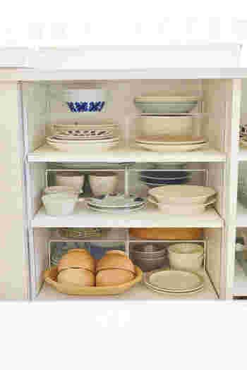 アクリル仕切り棚は、置くだけで簡単に収納スペースを増やせます。 こんな風に奥を2段にすれば、手前のお皿や器を取り出すのに邪魔にならないので、更に使いやすいですね。