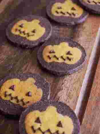 ハロウィンシーズンにおすすめのかぼちゃのアイスボックスクッキー。目と、口はチョコペンで!一枚ずつ、お顔の表情を変えてみても楽しいかもしれませんね♪