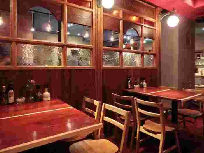 カフェマメヒコは、日本古来のお豆と美味しい珈琲をコンセプトに2005年に三軒茶屋に一号店をオープンしました。こちらの宇田川町店は二号店です。クラシカルな喫茶店らしい雰囲気で、多くの大人たちを魅了しています。