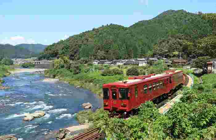 岐阜県は日本のほぼ中央に位置し、北部には穂高連峰や乗鞍岳などの飛騨山脈の山々、南部には木曽三川といわれる木曽川や長良川などが流れ、まさに大自然の宝庫と呼ばれる地域です。 関東からも関西からもアクセス良好で、東京からは新幹線で約2時間、高速バスなら約8時間、車なら高速道路利用で約4時間半ほど。また、大阪や名古屋からもアクセスが良く、訪れやすい観光地です。