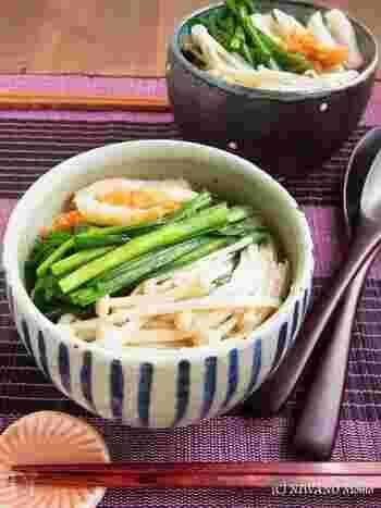 ちくわやニラ、えのきがたっぷり入った、具だくさんのごちそうにゅうめん。ごま油の香りが食欲をそそります。素麺は硬めに茹でて、最後にスープにしみこませるのがポイント!