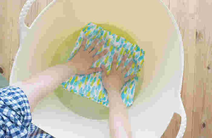 """コットンやリネンは洗濯した時に縮んでしまうことがあります。そこで、裁断する前に1時間ほど""""水通し""""をして、縮む分だけ縮ませておきましょう。水通しが済んだら畳んだまま水気を取り、シワにならないように干します。半乾きくらいでアイロンをかけると、きれいに仕上がりますよ。"""