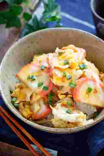 関西では、カマボコを卵でとじた丼を「この葉丼」と呼びます。こちらは、バターで炒めたカマボコを卵でとじ、バター醤油をまわしかけたレシピ。カマボコをわざわざ買ってきても作りたくなるお味です。