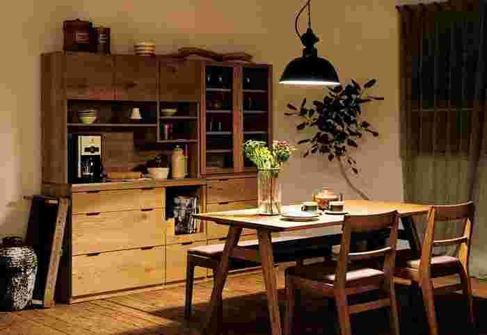 丸みを帯びたランプは、シンプルなラインがとてもお洒落です。ナチュラルな木の家具に光の陰影が美しく映えています。木というのは、影の部分さえもどこか温もりがあるような、不思議な落ち着きを感じさせてくれますね。