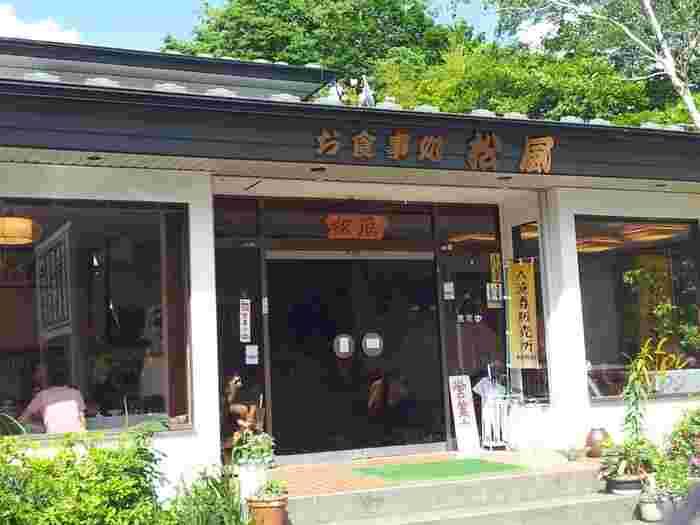本栖湖畔にある「松風」は昭和の雰囲気が漂う店構え。こちらでは鹿肉や猪肉を使ったジビエ料理もいただけます。