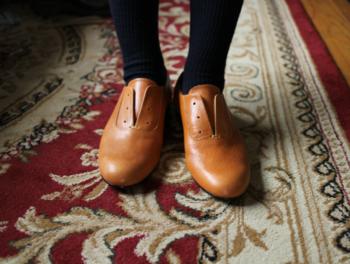 また、革靴は、新しいうちからのケアが大事で、一度履いただけでも傷がつくことがありますので、クリームを塗って保護してから履くようにしましょう。1足だけを毎日履くのではなく、2足を交互に履き、靴にもお休みを与えることで長持ちさせることができるそうです。
