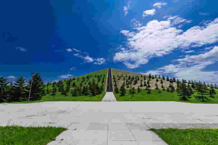 札幌の中心部から車で30分ほどの場所にあるモエレ沼公園。世界的な彫刻家のイサム・ノグチが設計したランドスケープとして、海外からも多くの観光客が訪れます。人の手によって作られたモエレ山は、でどの方向から切り取るかによって表情が変わります。
