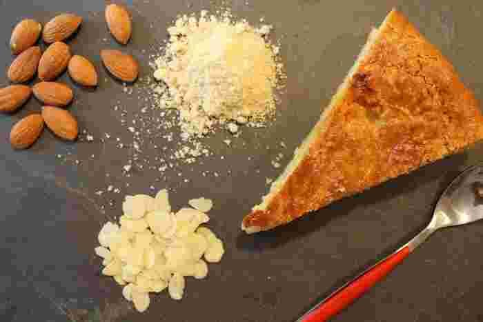 ガレット・デ・ロワのカタチや味は地方によって異なりますが、一般的にはパイ生地の中にアーモンドクリームが入ったもの、南部ではブリオッシュ生地にドライフルーツやオレンジをトッピングしたリング状のものが食べられるそうです。