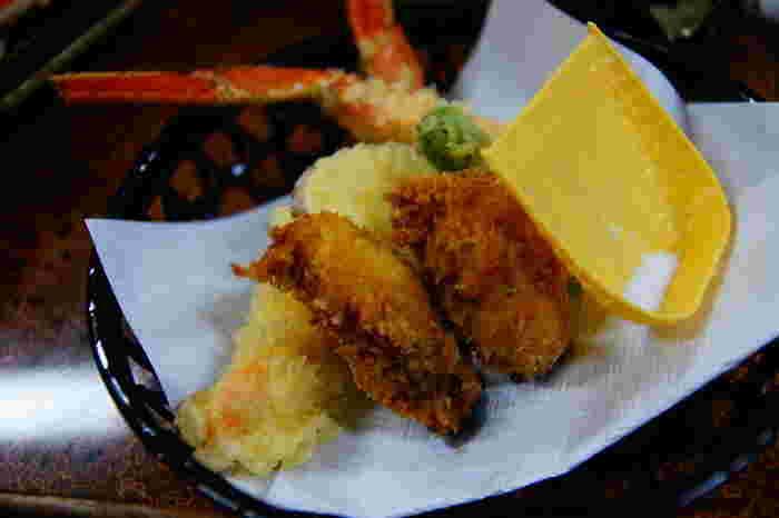 タラバガニは、脚の身がしっかりしているので、そのまま天ぷらにするのもおいしい食べ方。くずれることもなく、思い切り頬張れる贅沢な楽しみ方です。