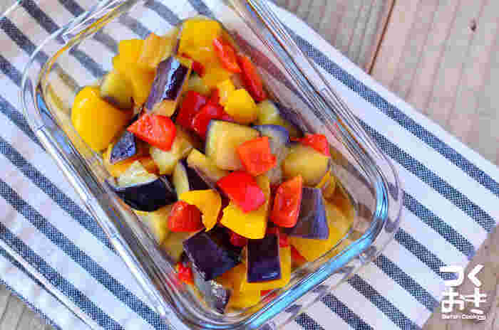 彩りの良い夏野菜を組み合わせた炒め物レシピです。甘酢のさっぱりとした味で食べやすく、夏バテ気味の時にもおすすめ。4日ほど日持ちするので、あと一品や彩りに困った時に活躍してくれそうな常備菜です。