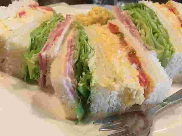 遅いランチや散策の休憩なら、珈琲にぴったりと合うサンドイッチがお勧め。 ハムや野菜、ツナ等など種類も様々ですが、フワフワのパンも具材もしっかりとした味わい。パンと具の調和も良く、ボリュームもあり、心もお腹も満たされます。値段も良心的で、コストパフォマンスも抜群です。  他にクロックマダムやクロックムッシュ、コンビーフトーストやピザトースト等などのトースト系も種類豊富に揃っています。おやつ感覚で頂けるハーフサイズのサンドイッチ、ケーキ類もあり、使い勝手も、味も良い名店です。  【画像は、ハムや玉子、新鮮でシャキシャキの野菜が色とりどりに挟まれた「ミックスサンド」。添えられているポテトサラダも秀逸と評判。】