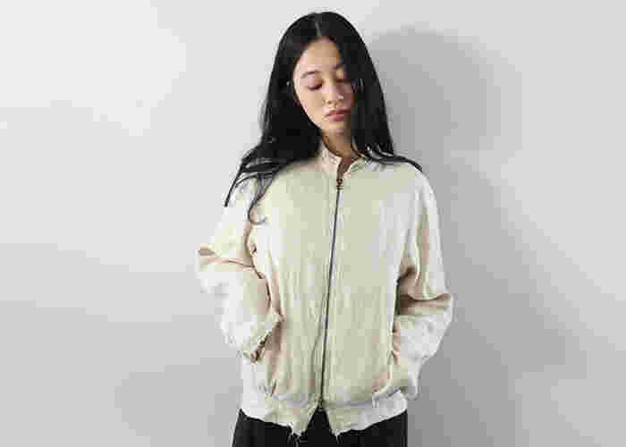 まずはブルゾンの意味について、もう一度おさらいしてみましょう。  日本での一般的な「ブルゾン」とは、前開きで、裾と袖口が絞られたカジュアルなアウターのことを指します。 ジャンパーよりに比べ、よりオシャレでファッション的な要素を持ち合わせています。