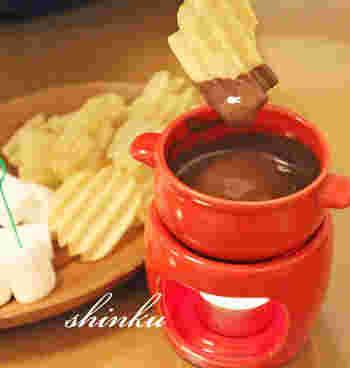 パリパリのポテトチップスにチョコをつけていただくチョコフォンデュ。食べる手が止まらなくなりそう。