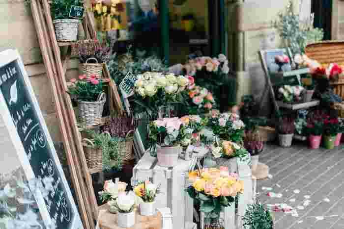 花束は、既成のものやお花屋さんにお任せしてしまえば間違いありませんが、せっかくなら贈る相手に合わせて準備してみませんか♪ここでは、オーダーのポイントと自分で組み合わせるときのコツをご紹介します。