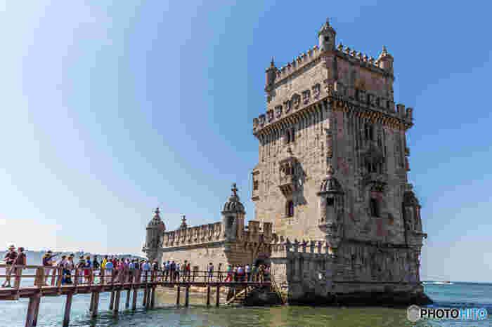 """ジェロニモス修道院に次いで世界遺産に登録されている「ベレンの塔」。その優美な石造りから""""テージョ川の貴婦人""""と絶賛されています。"""