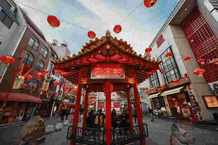 神戸の食べ歩きにおすすめなのが日本三大チャイナタウンのひとつである「神戸南京町」。 門を一歩踏み入ると、あちこちからおいしそうな香りが…。「豚まん」で有名な、行列の絶えないお店「老祥記 (ろうしょうき)」にはぜひ足を運んでみてくださいね。神戸南京町は、元町駅からもすぐ近くなのでアクセス抜群なのも嬉しいですね。