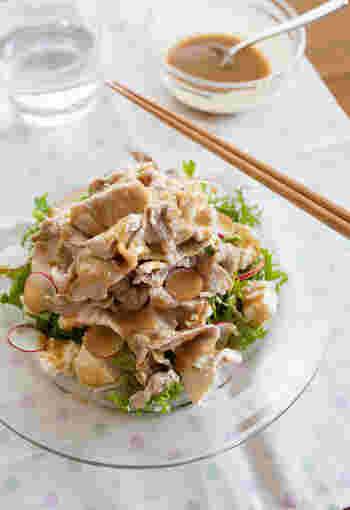 健康的にしっかり食べたい時は、やはりサラダがおすすめ。 豚肉や豆腐が食べ応えがあるので、サラダだけでも満足感があります。