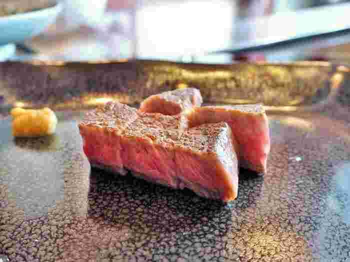 うかい特選牛のステーキは料金をプラスすることで、お肉のグレードをアップしてもらうこともできます。ここぞというときには、すこしだけ、上質なお肉をいただいてみるのもいいものです。