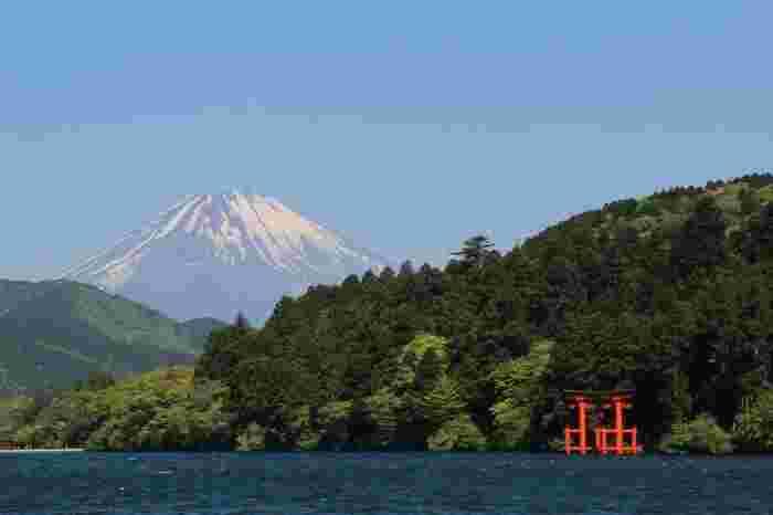 """箱根と言えば、遊覧船が浮かぶ芦ノ湖と、箱根神社の赤い鳥居、富士山の景色が印象的な""""元箱根""""の景観です。"""