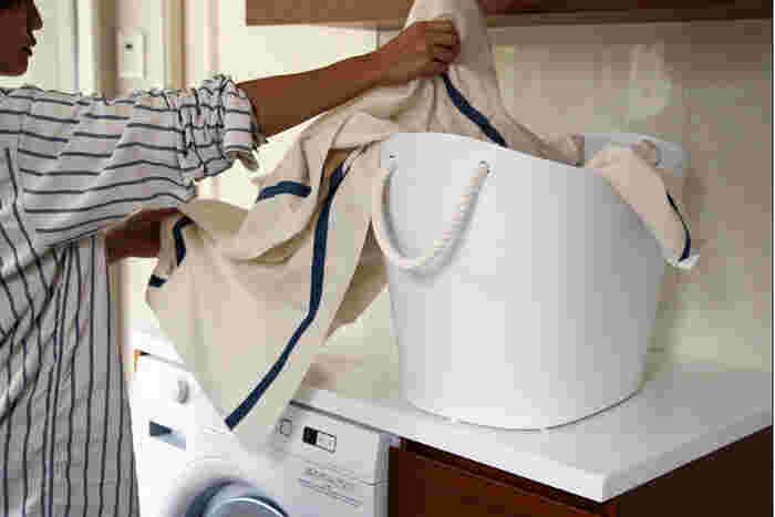 【SCELTEVIE】(セルテヴィエ)は、機能性とデザイン性を追求したプラスチック雑貨を生み出している日本のブランド。中身が見えないデザインの洗濯カゴをお探しの方にオススメなのが、こちらの「balcolore(バルコロール)」です。やわらかい素材で出来ているので、持ち運びが楽チン。太いロープの持ち手もおしゃれです☆