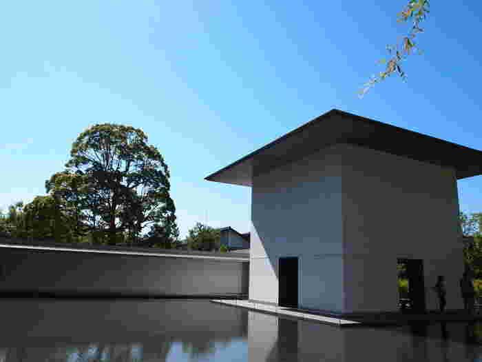 無駄のないシンプルなデザインで美術館建築に定評のある、世界でも有名な建築家・谷口吉生氏の手による建物も見ごたえがあります。