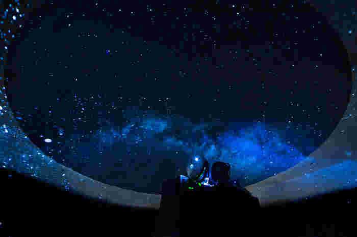 お食事のあとの2件目としてや記念日などに訪れるのも良さそう♪このプラネタリウム BARで楽しめるプラネタリウムは、なんと500万個もの星空という幻想的な光景を楽しむことができます◎