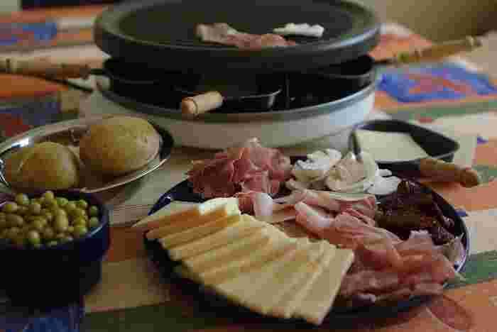 フランスの一家に一台あると言っても過言ではない、ラクレット専用ホットプレート。 上でジャガイモなどの具材を温め、下で銘々チーズを温めます。 ヨーロッパの街角には、ラクレット専門店や屋台が出ていることも。ぜひ体験してみたいですね。