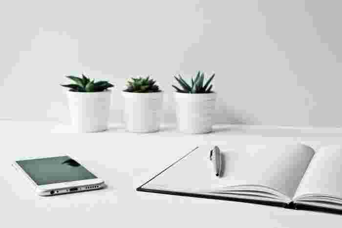 家計簿はノートやルーズリーフを使ってもいいですし、既製のものを使ってもOK。最近は無料のアプリもありますので、パソコンやスマホで管理するのもいいですね。 これから、それぞれのおすすめをご紹介しますので、自分に合ったものを探してみてください。