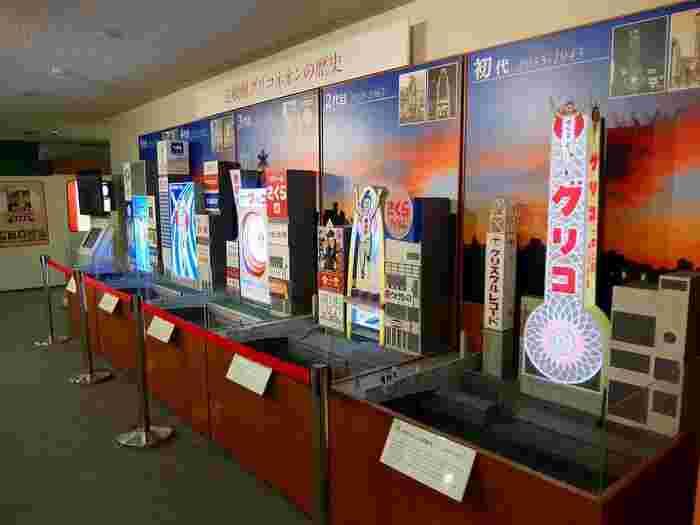 大阪・道頓堀で有名なグリコネオン。その変遷も展示されています。周囲の看板も再現されているので、当時の街の風景を垣間見ることができます。