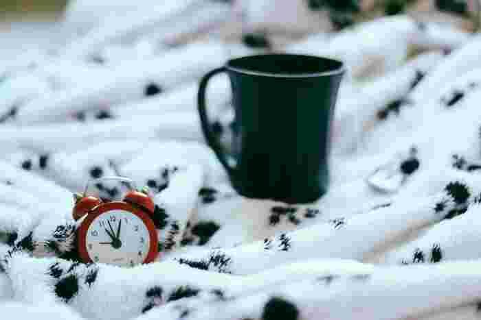 目覚まし時計を探す時には、色合い、サイズ、機能、音なども選ぶ時のポイント。見ていて楽しい、セットしやすい、心地よくてしっかり起きられるのにイライラしない音が鳴る、などなど、自分にとって大事だと思うポイントで探してみてくださいね。