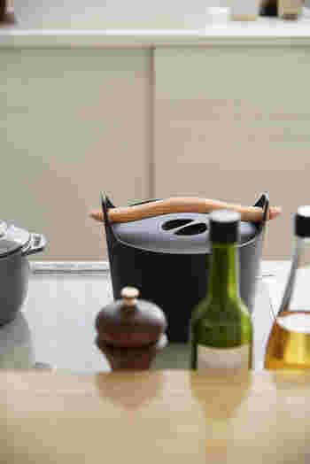 ■iittala(イッタラ)のサルパネヴァ キャセロール 映画「かもめ食堂」で主人公が肉じゃがを作っているシーンに使用されていた鋳鉄製のキャセロール。無駄のないデザインはキッチンにあるだけでも素敵な佇まいです。