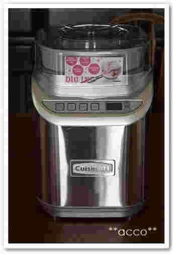 基本的にはボールでかくはんしてOKですが、手作りのアイスクリームは、なめらかに仕上げるために途中で混ぜる作業があります。この手間がいらないのがアイスクリームメーカー。冷却機能の付いた高価なものから、容器を冷凍するタイプなどいろいろあります。こちらの「クイジナート」のアイスクリームメーカーは、アイスクリーム・ジェラート・シャーベットの3種類のスイッチがあり、大容量なのでファミリー向けです。